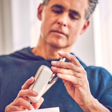 Man holding an IQOS device.